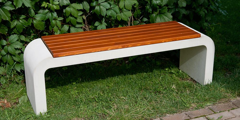 Bank aus grauem Sichtbeton mit eingelassener Holzauflage