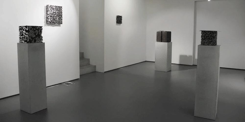 Betonsockel Sichtbeton, Leichtkonstruktion - Ausstellung Till Augustin, Ulm