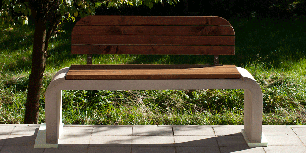 Betonbank mit Holzauflage, Sichtbeton grau glatt